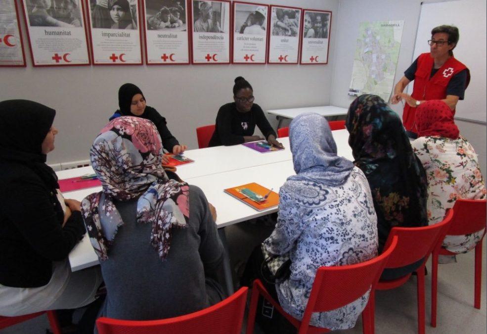 Un total de tretze dones participen en el projecte d'alfabetització de Creu Roja Sabadell