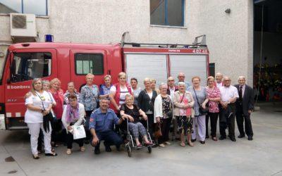 Un grup d'usuaris dels projectes de gent gran de Creu Roja visita el Parc de Bombers de Sabadell