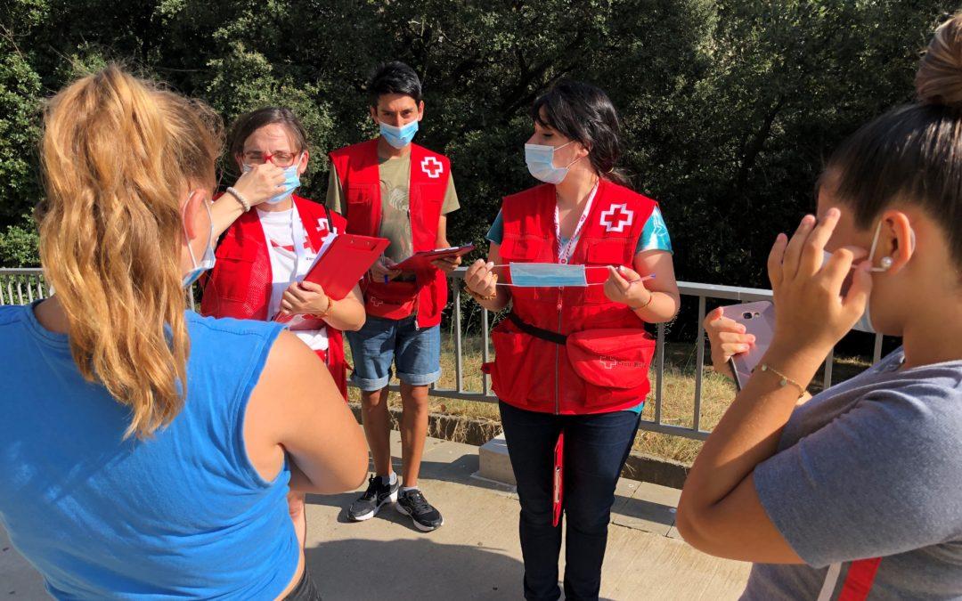 Equips de voluntariat de Creu Roja, a Badia del Vallès per conscienciar sobre la COVID-19